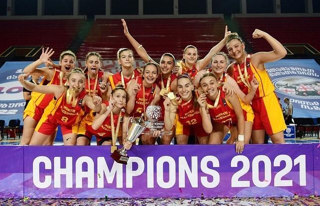 Браво девојки, со пехарот и златните медали се враќаат од Тбилиси!
