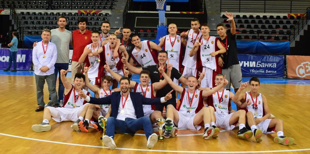 М16: Шампионскиот трофеј во рацете на Вардар