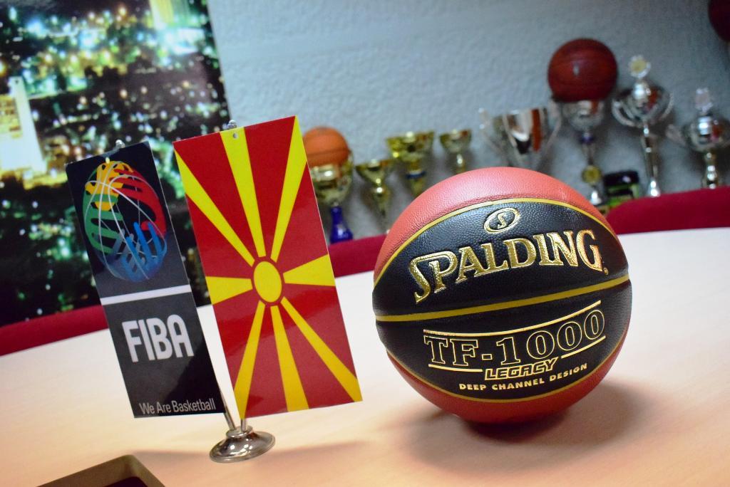 Поделени топките Spalding на прволигашите!